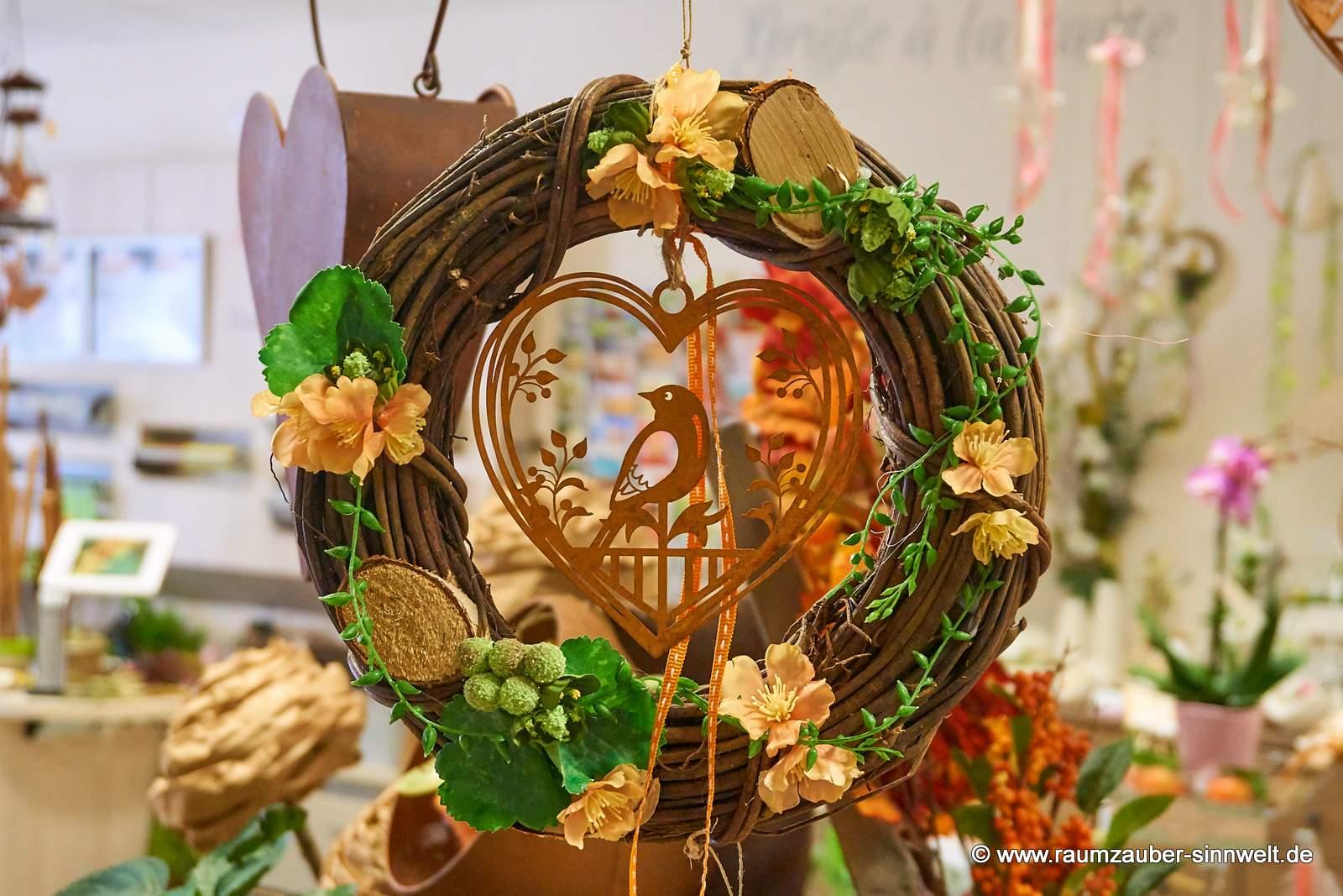 Weidenkranz mit Herz in Rostoptik und Blüten für Tür oder Wand