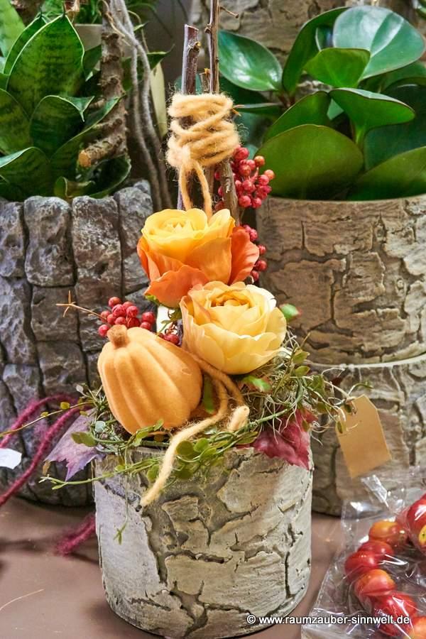 herbstliches Trockengesteck mit Kürbis und Rosen