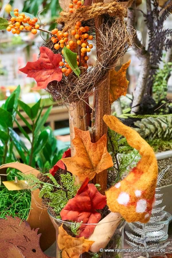 herbstliches Trockengesteck mit Filz-Pilz und Herbstlaub