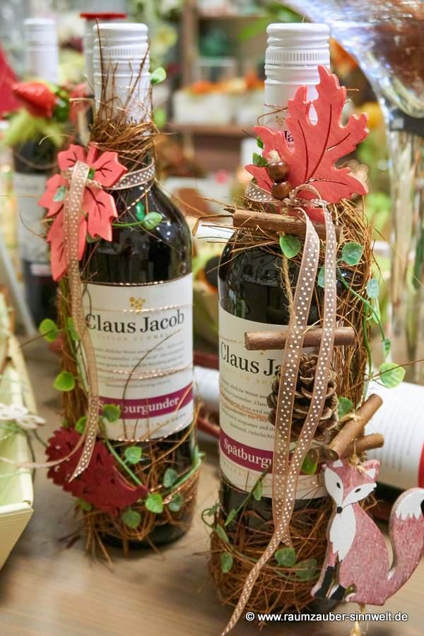 herbstlich stilvoll dekorierter Wein