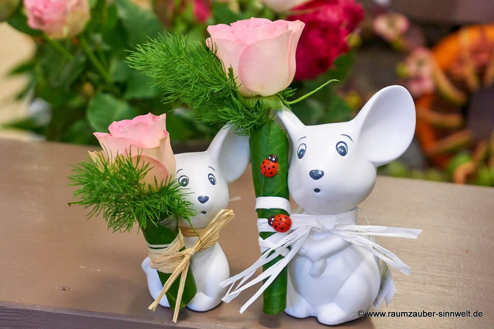 Rose überreicht von Keramik-Maus Dinky von VALENTINO