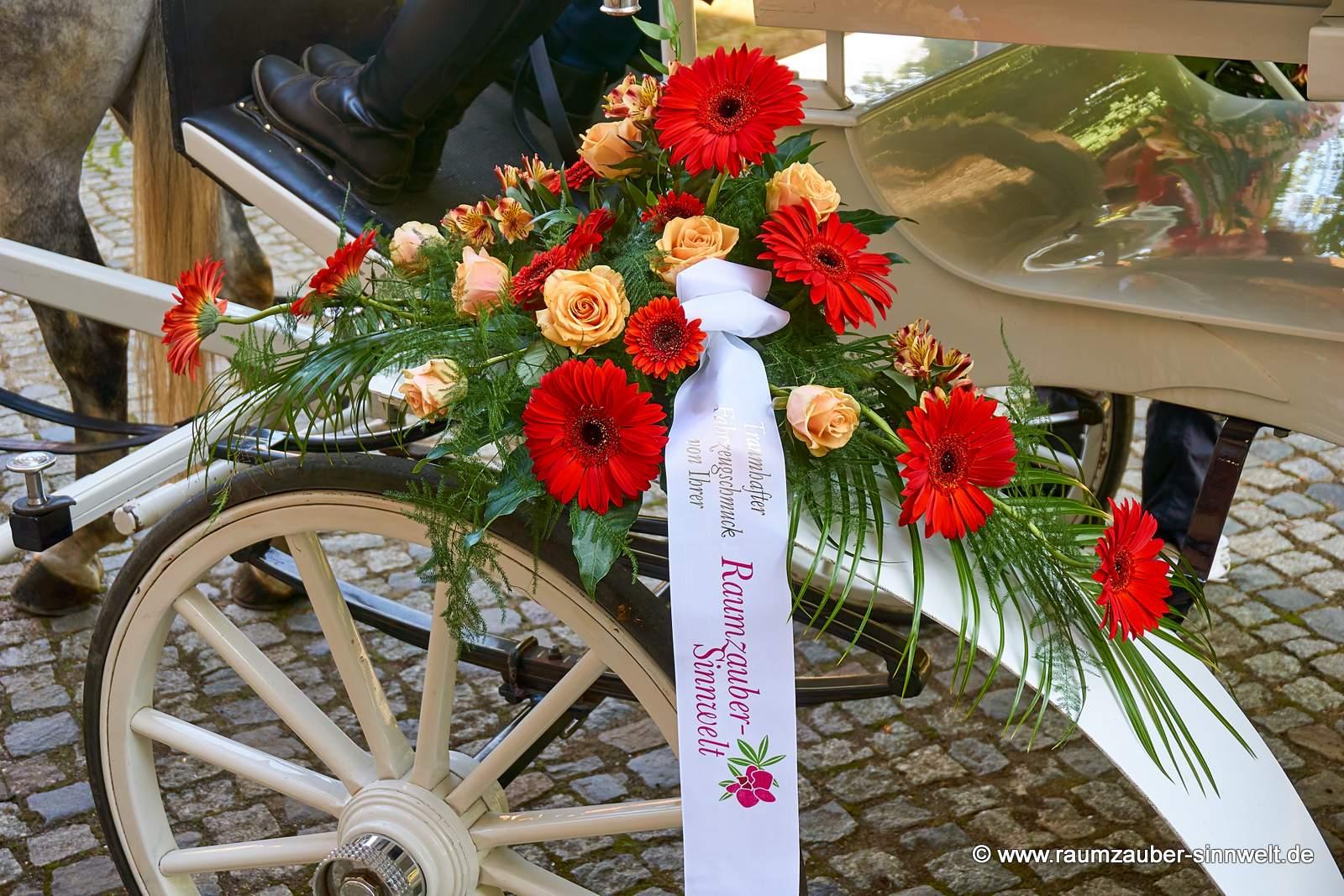 Kutschenschmuck mit Rosen und Gerbera.