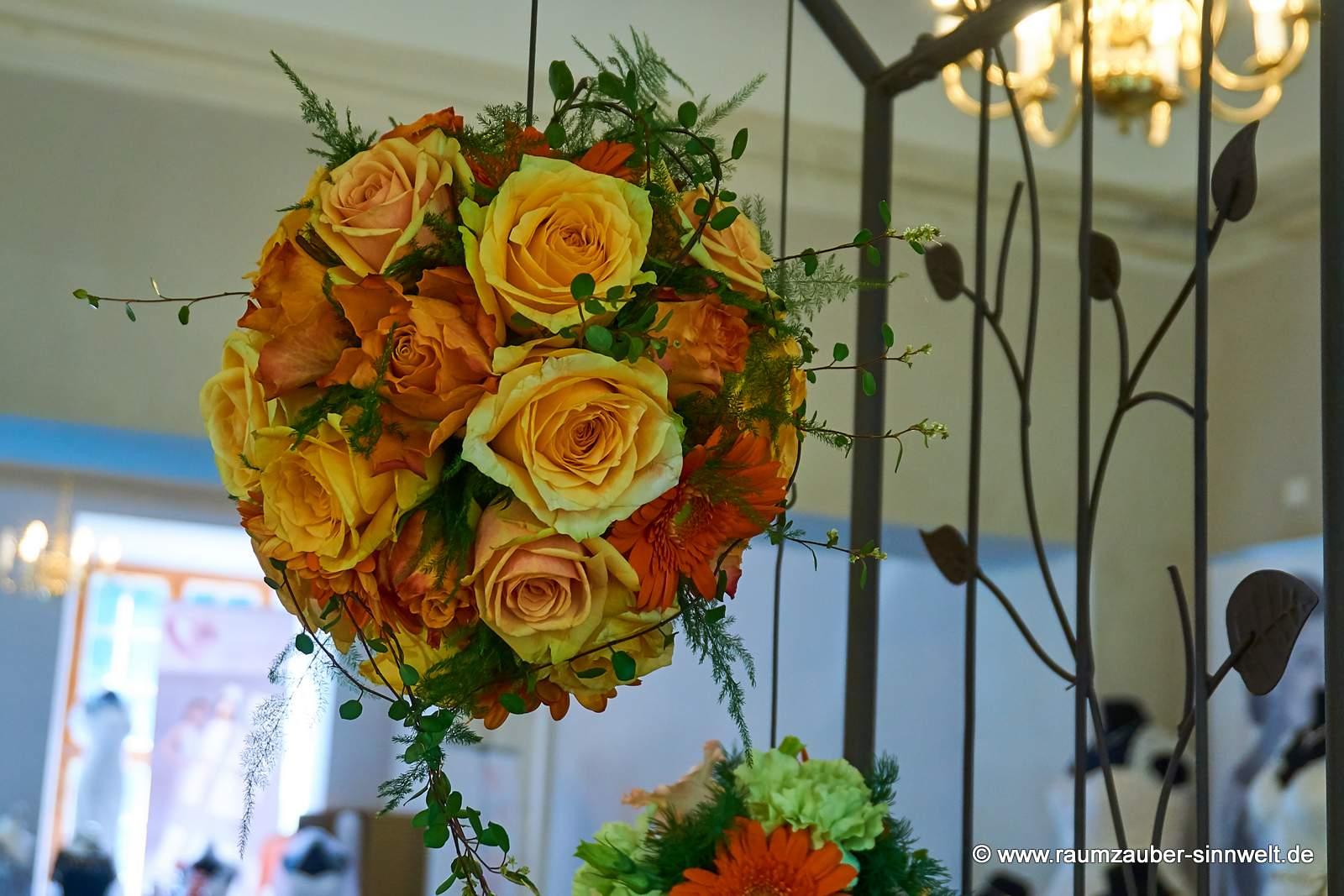 Blütenkugel aus Rosen als Altar- oder Standesamtschmuck