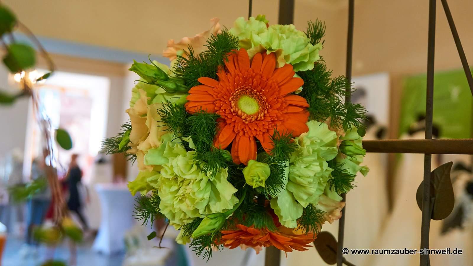 Blütenkugel aus Gerbera, Nelken und Eustoma als Altar- oder Standesamtschmuck