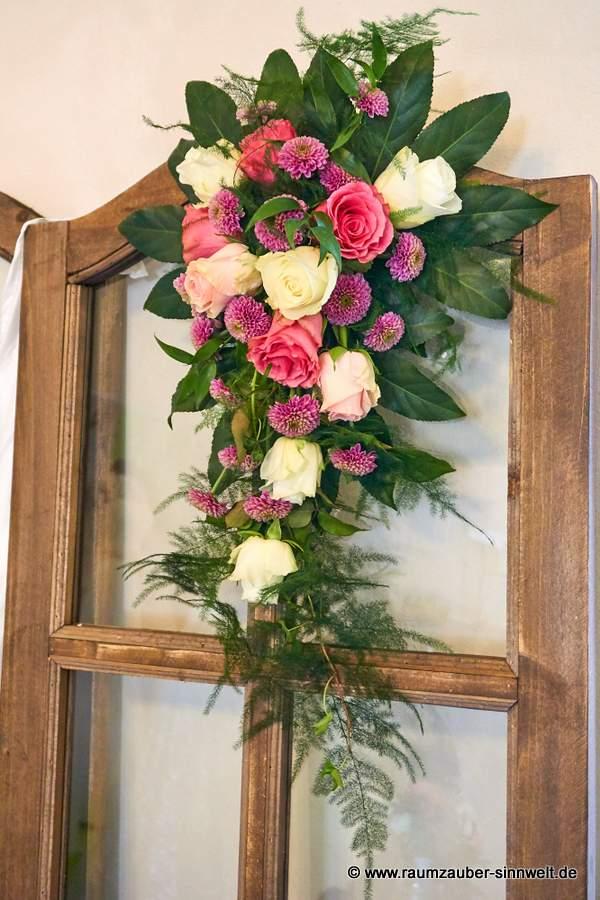 Altar- oder Standesamtschmuck mit Rosen und Santini.