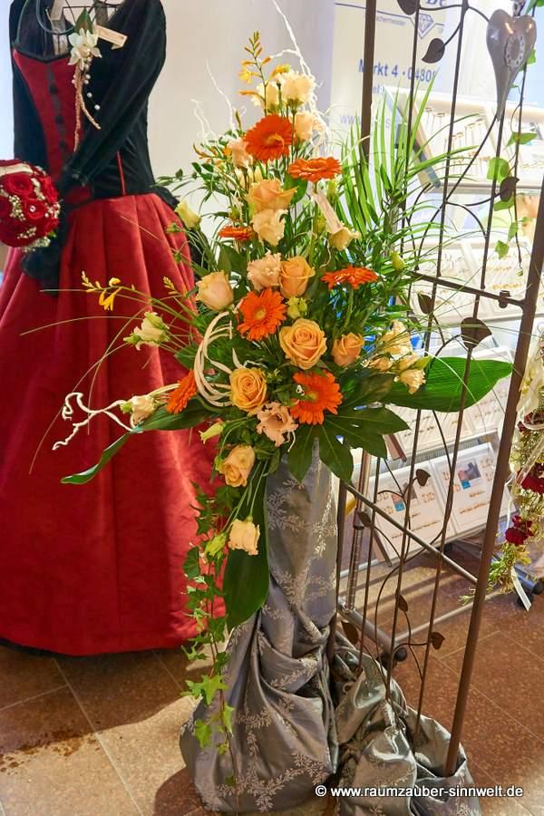 Altar- oder Standesamtschmuck mit Rosen, Eustoma und Gerbera