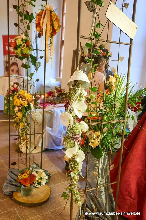 Rosenbogen als Altarschmuck für den Aussenbereich mit floraler Dekoration.