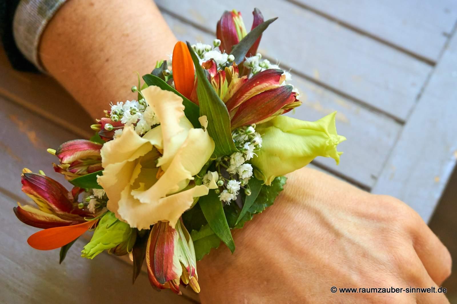 Armband mit Alstromerien und Eustomablüten.