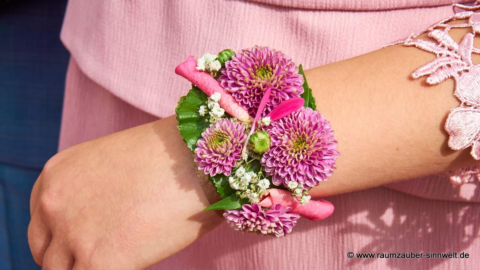 Armband mit Santini und Rosenblüten