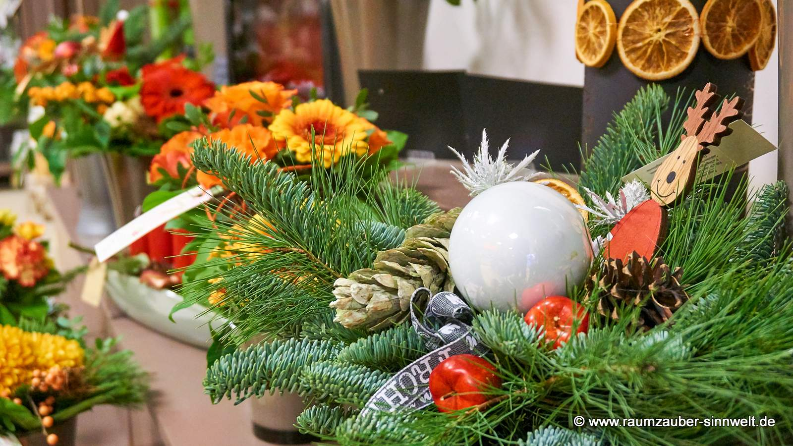 Adventsstrauss mit Weihnachtskugel