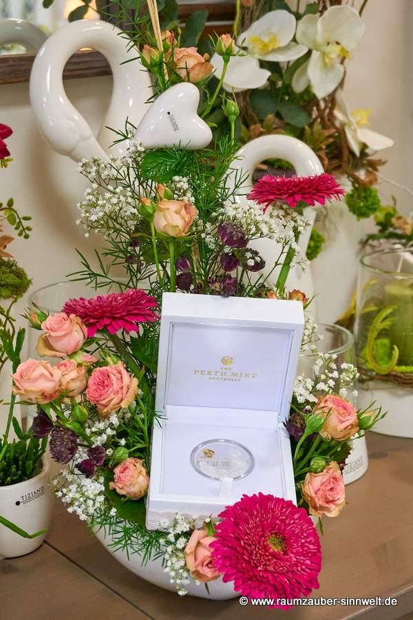 Hochzeits-Münze in floralem Frischblumengesteck