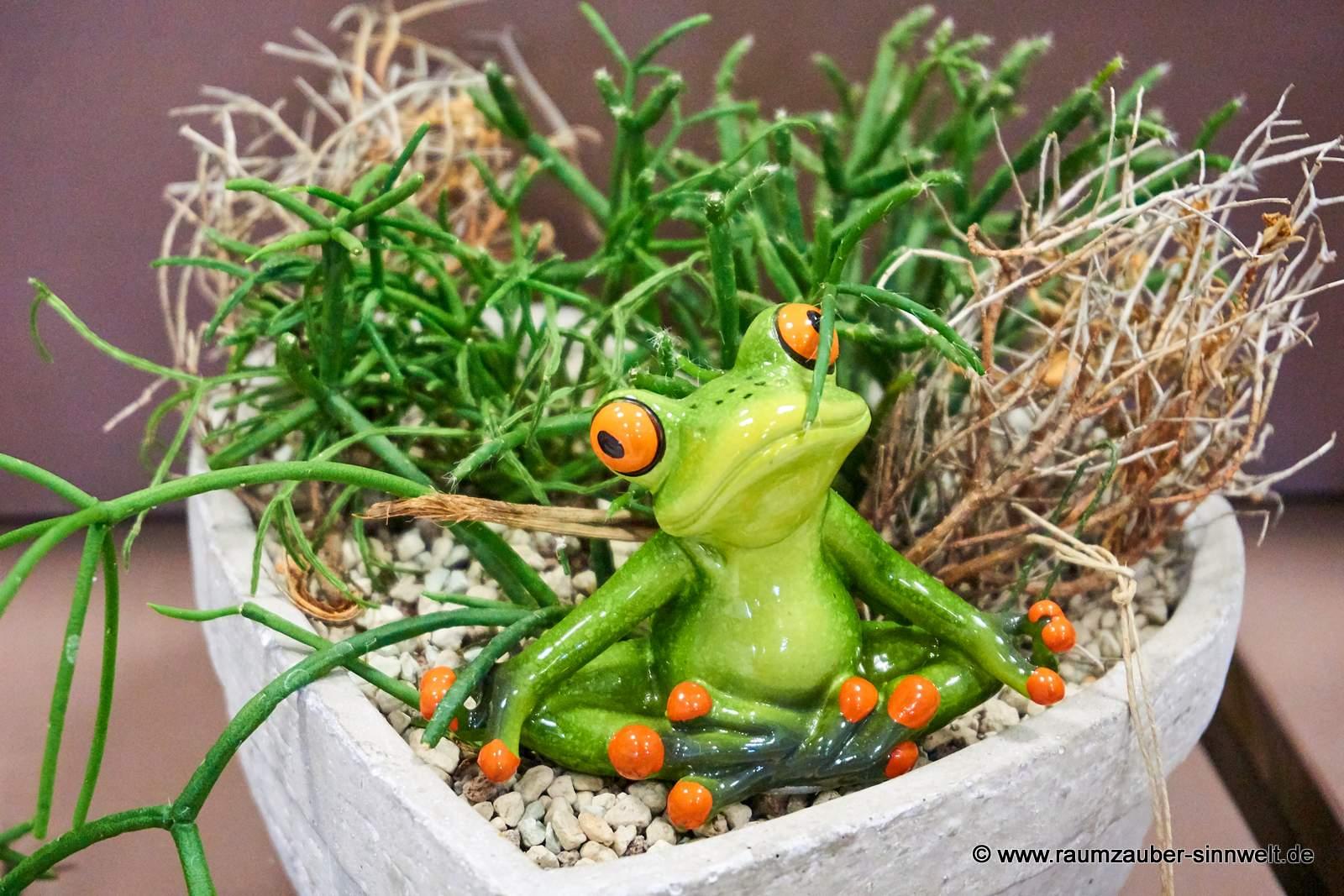 Yoga-Frosch von formano in bepflanzter Steinkeramik