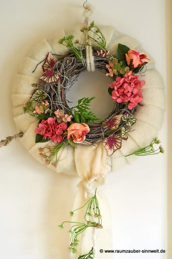 Filzkranz mit Blütenreif für Tür oder Wand