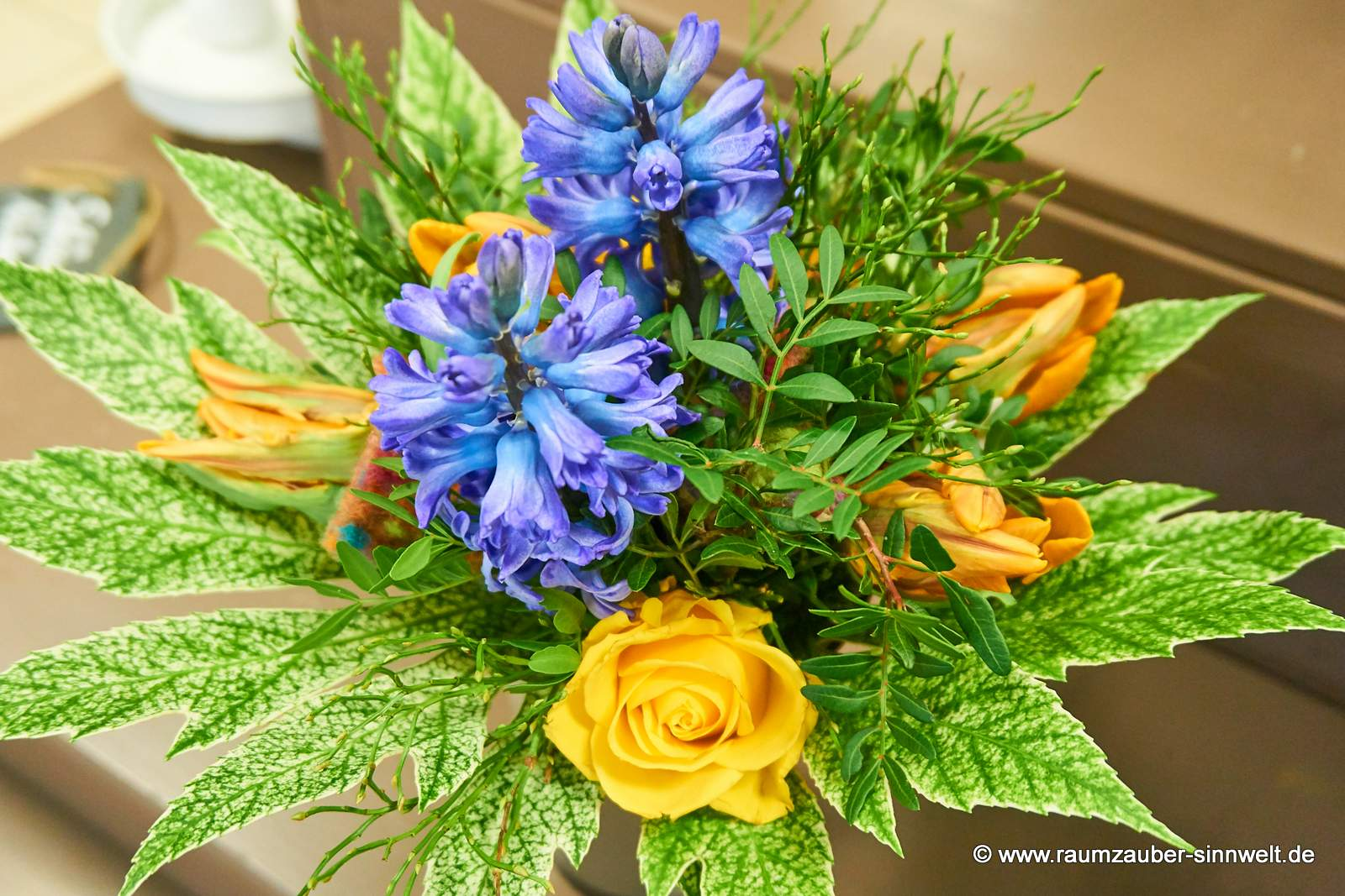 Frühlingsstrauß mit Hyazinthen, Tulpen und Rosen