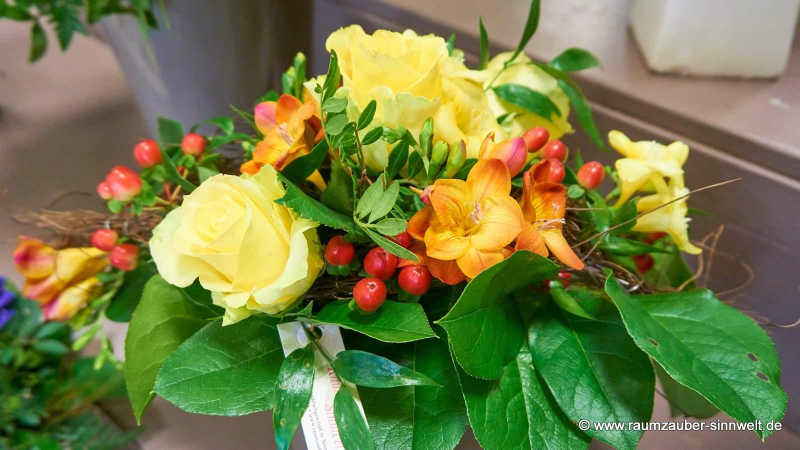 Frühlingsstrauß mit Freesien, Hypericum und Rosen