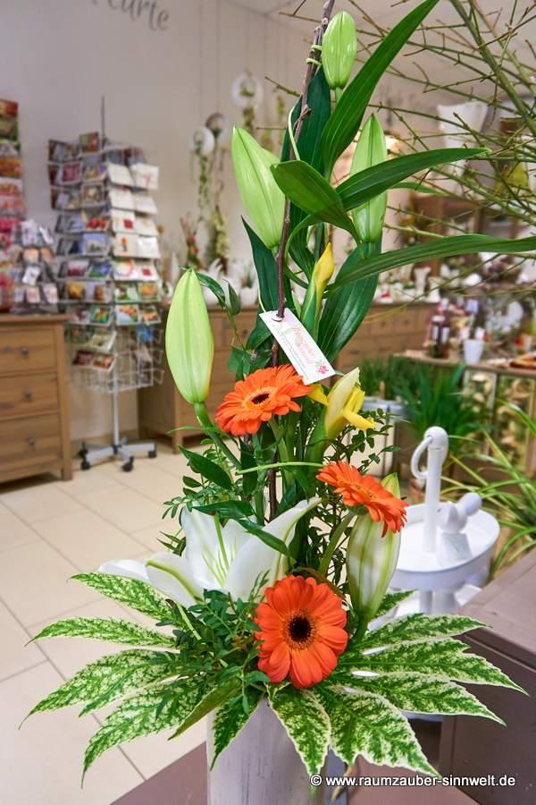 versetzt gebundener Strauß mit Lilien und Gerbera
