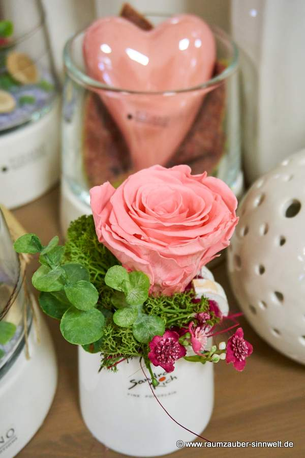 Trockendekoration mit gefriergetrockneter Rose in Keramik von Sandra Rich