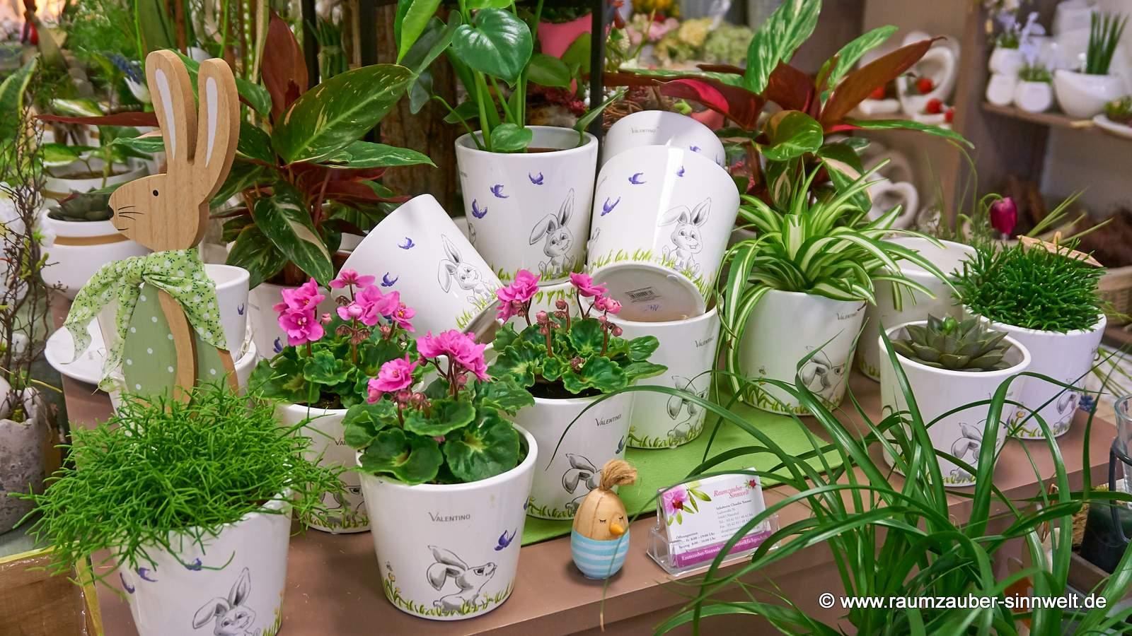 VALENTINO Pflanzkübel Ramona-Living mit Pflanzen dekoriert.