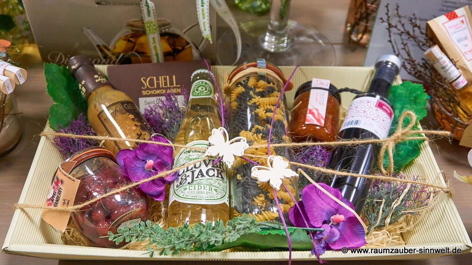 Präsentkorb mit Likör, Nudel, Pesto, Schokolade und Früchten