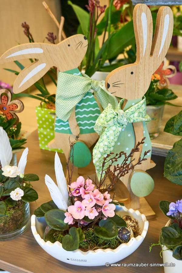 Usambara-Veilchen in Schale von TIZIANO dekoriert und Deko-Figuren Holz-Hase