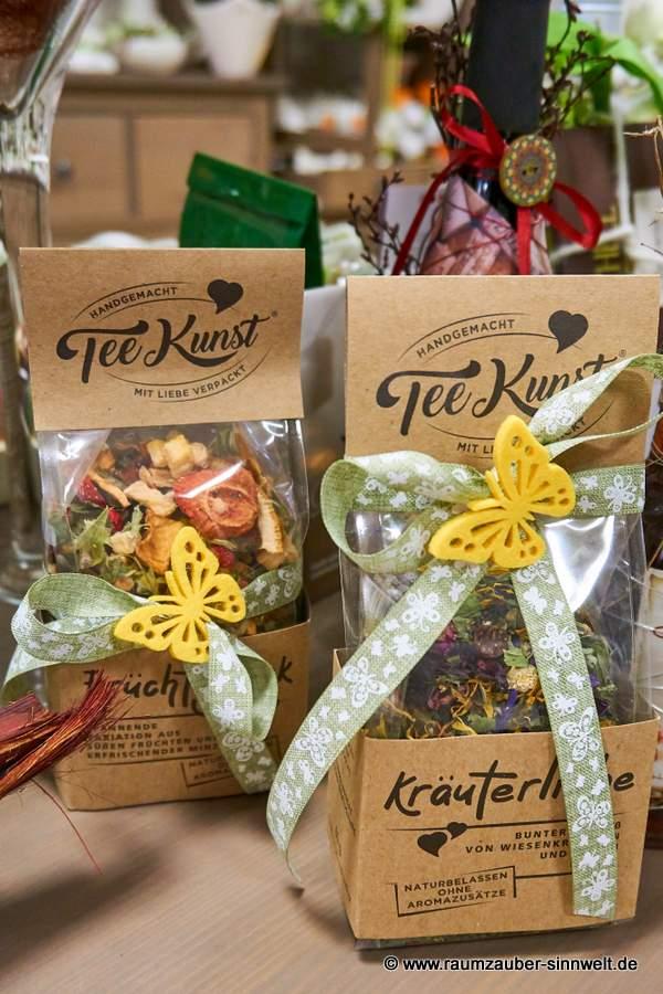 naturbelassene Kräuter- und Früchte - Tees als Präsent dekoriert
