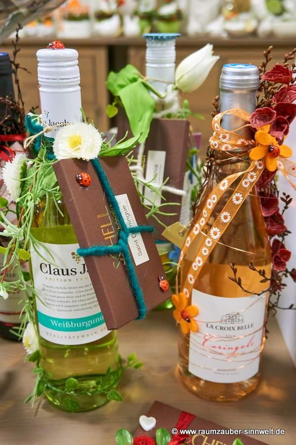 dekorierte Weinflaschen mit SCHELL-Schokolade