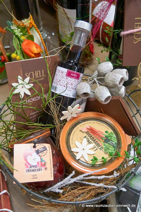 dekorierter Präsentkorb mit Rhabarber-Kompott, Apfel-Cranberry, Aronia-Likör und SCHELL-Schokolade