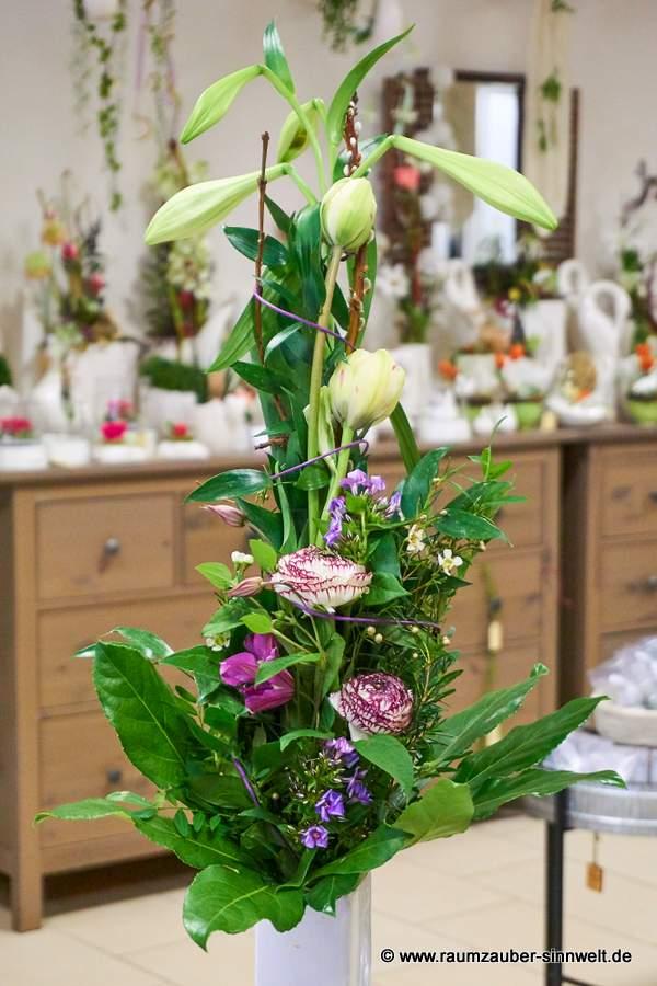 versetzt gebundener Strauß mit Lilien, Ranunkeln und gefüllten Tulpen