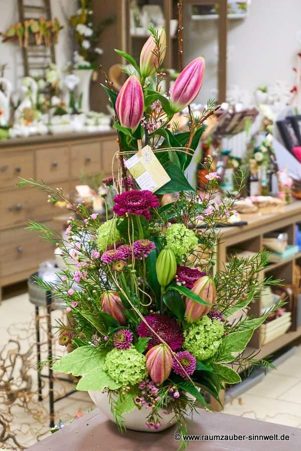 Blumengesteck mit Gerbera, Schneeball und Lilien