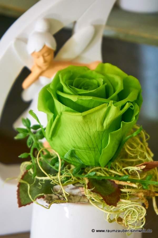 Trockendekoration mit gefriergetrockneter Rose in Keramik von Sandra Rich und Fee Enya