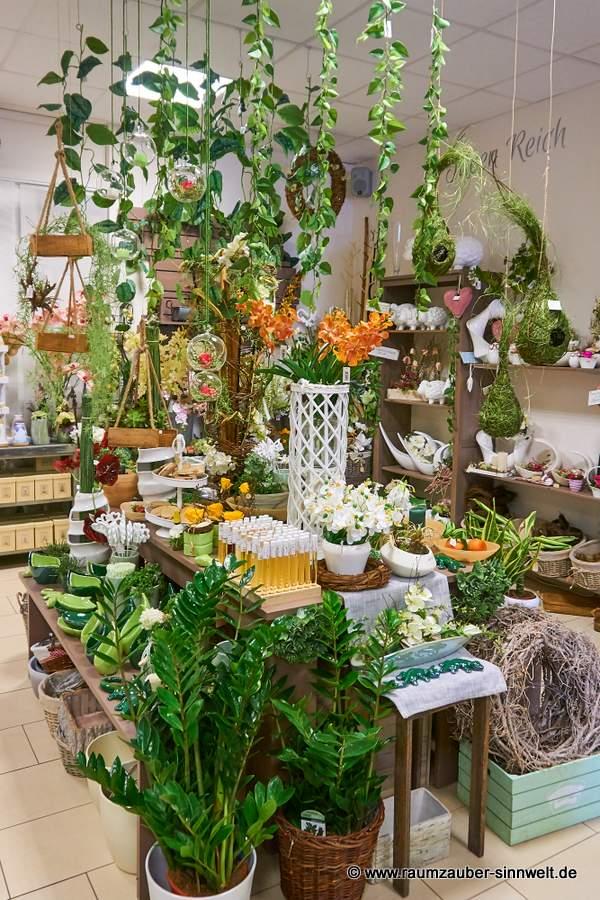 Dschungeldekoration mit künstlichen Orchideen und Exoten