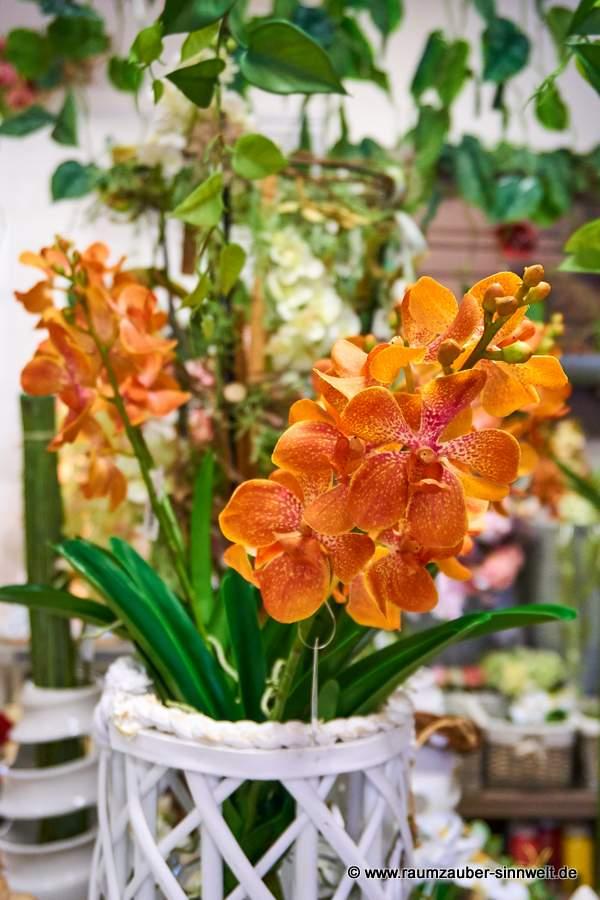 Dschungeldekoration mit künstlichen Orchideen