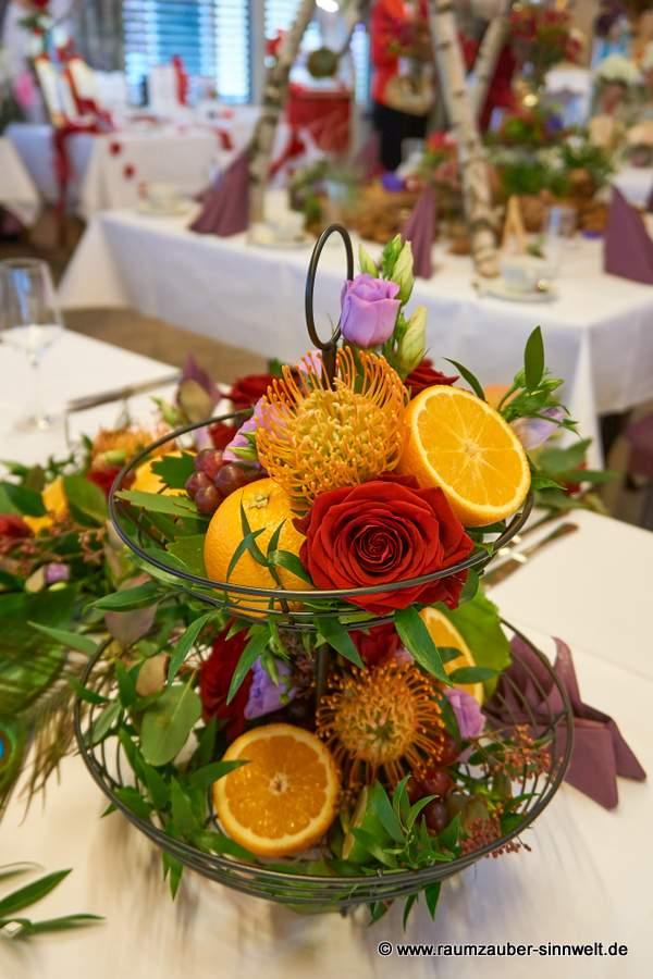 Etagere mit exotischen Blüten und Früchten