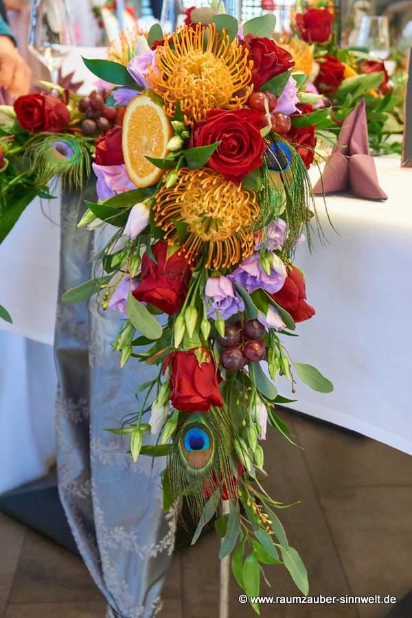 Brautstrauß mit exotischen Blüten und Früchten