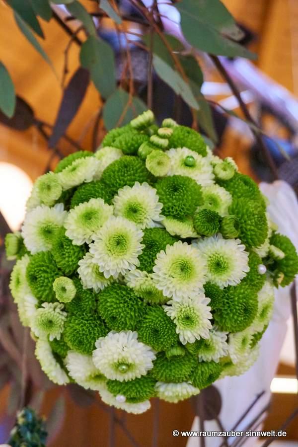 Blüten - Kugel mit weißen und grünen Santini