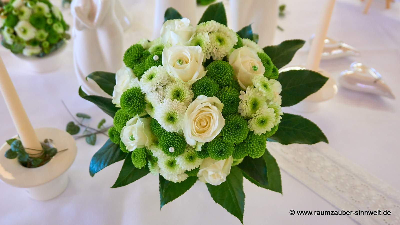 Brautstrauß mit weißen Rosen und Santini