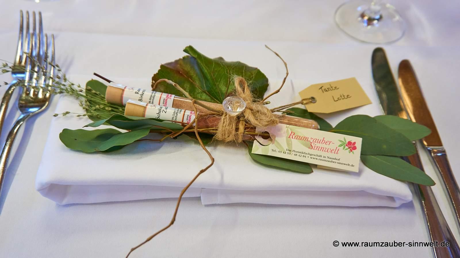 dekorierte Gewürz - Röhrchen als Gastgeschenk