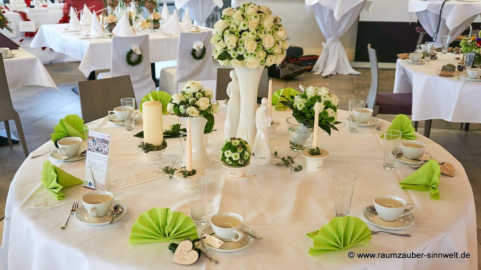 Tischschmuck mit weißen Rosen und Santini