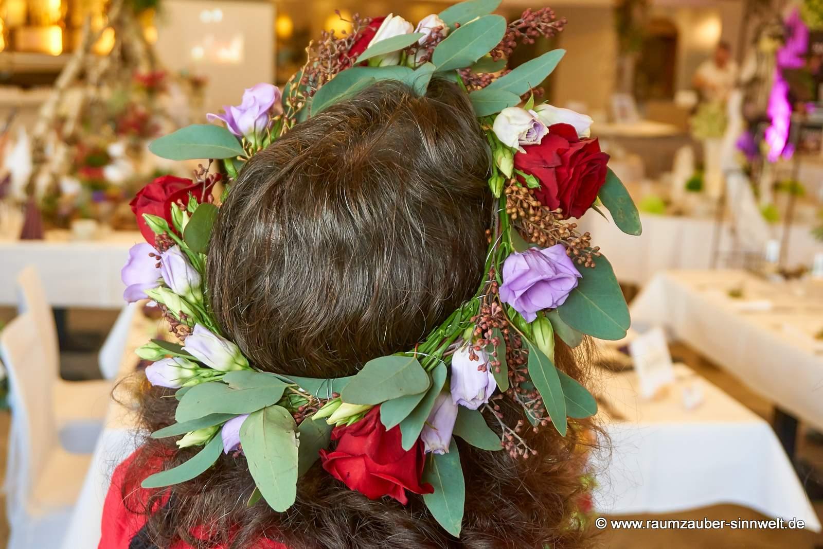 Haarschmuck aus Blüten und Eukalyptus