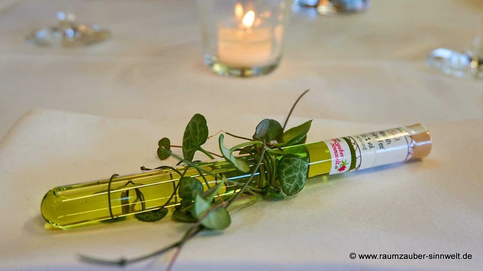 dekoriertes Likör - Röhrchen als Gastgeschenk